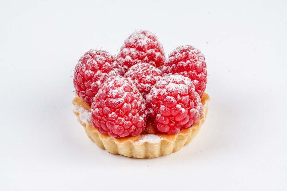 Десерт Корзиночка с малиной