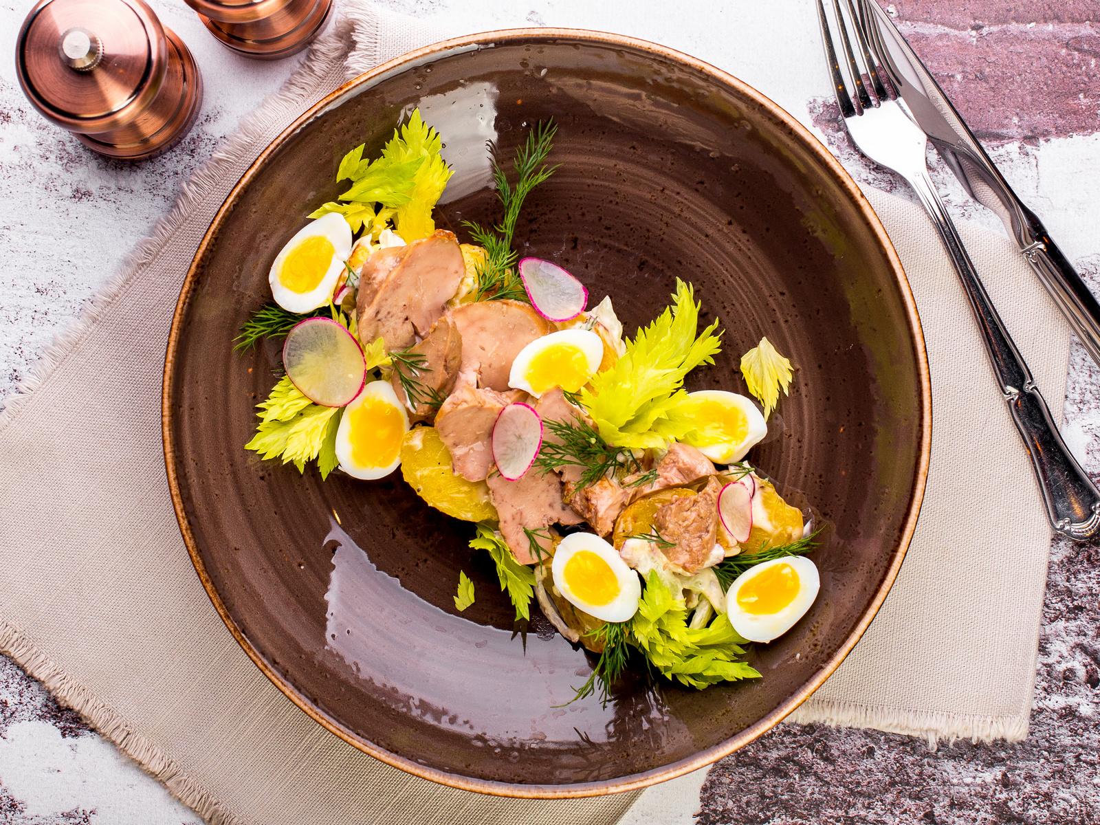 Салат с печенью трески, молодым картофелем и перепелиным яйцом