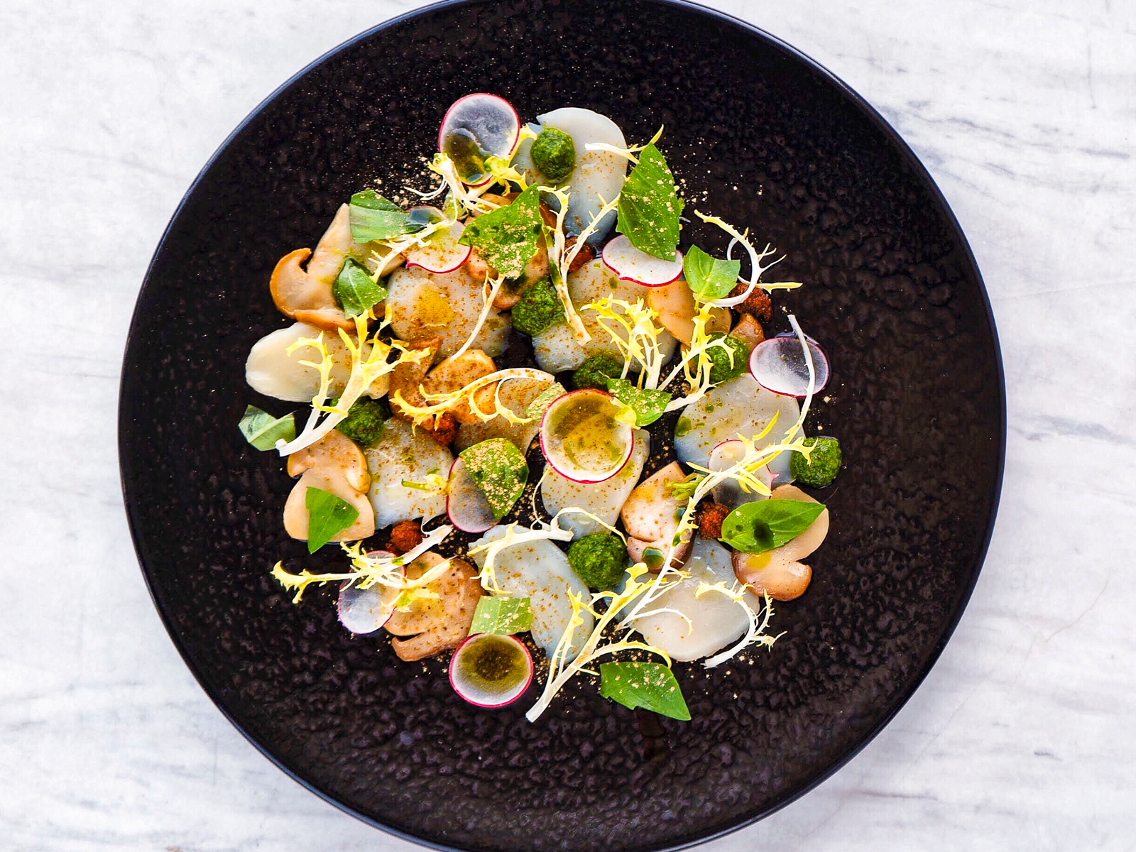 Карпаччо из белых грибов с морским гребешком