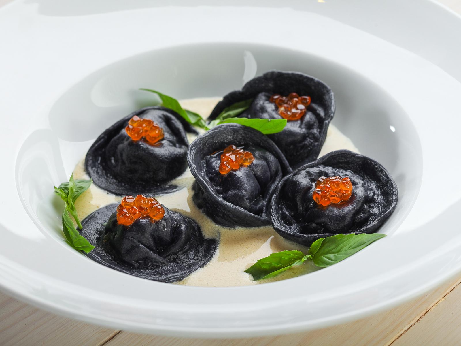 Бархатные черные пельмени с судаком под икорно-сливочным соусом