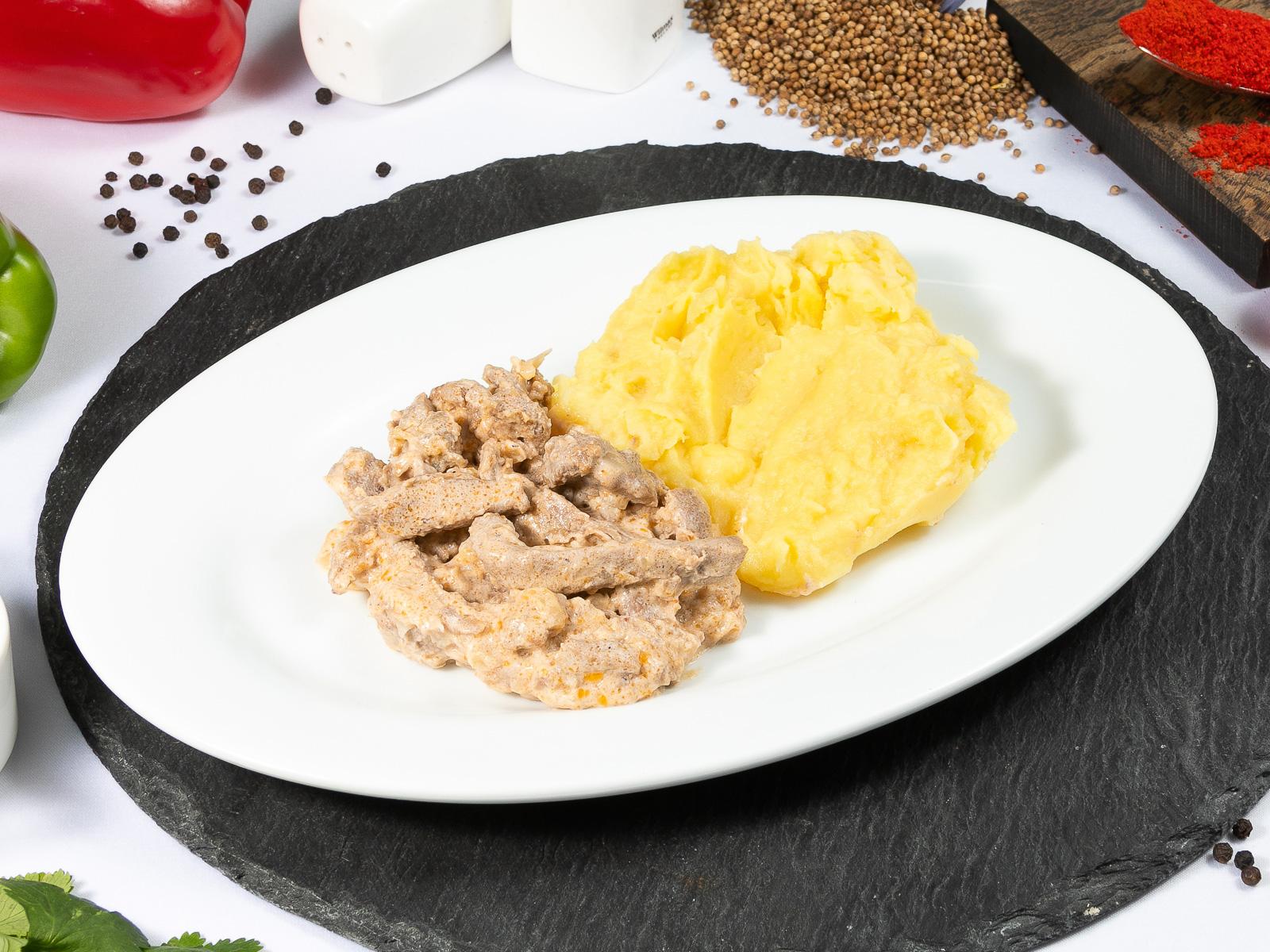 Бефстроганов из говядины с картофельным пюре