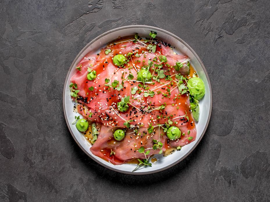 Карпаччо из тунца с авокадо и кунжутном соусе