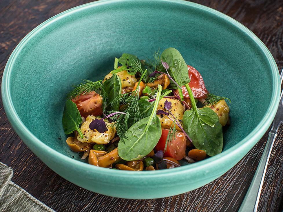 Деревенский салат с опятами и малосольными огурцами