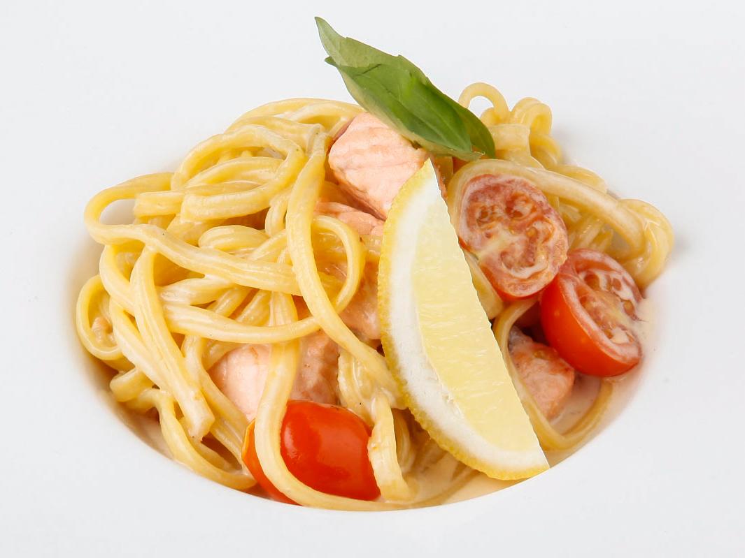 Спагетти с лососем и томатами