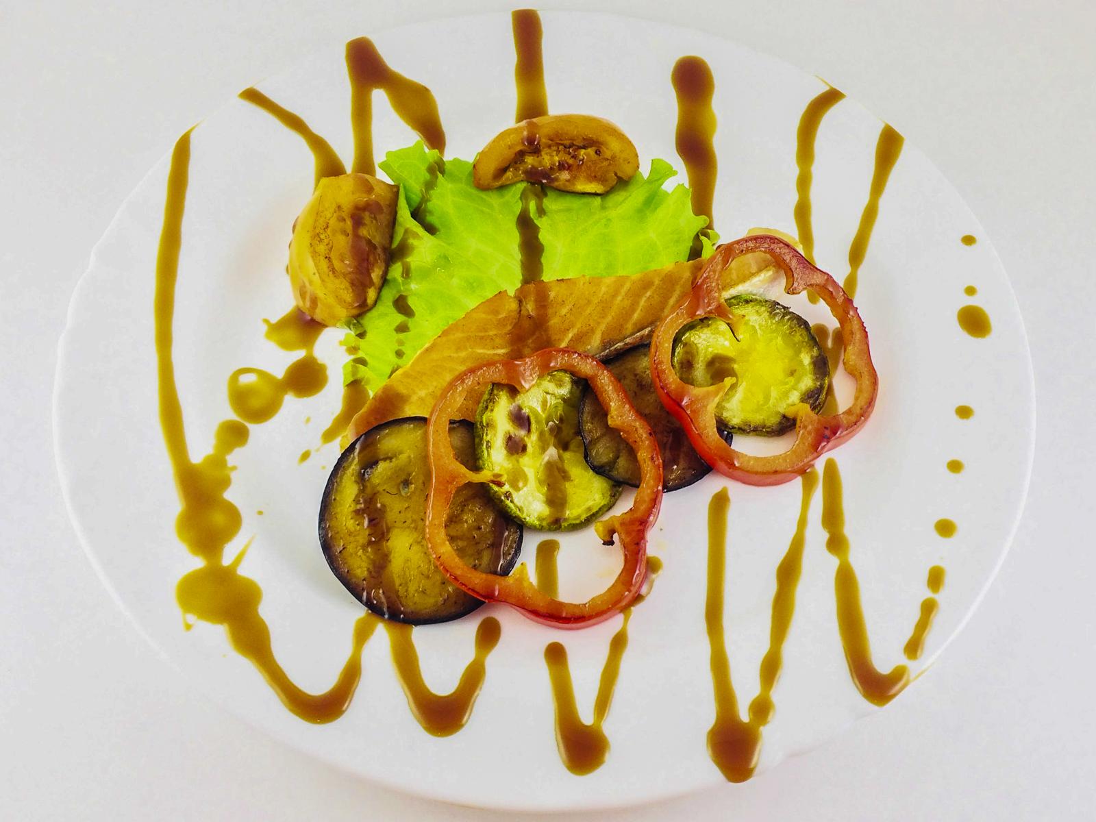 Стейк лосося с овощами гриль