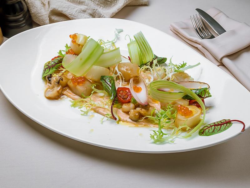 Салат из морепродуктов с луком пореем и соусом кимчи