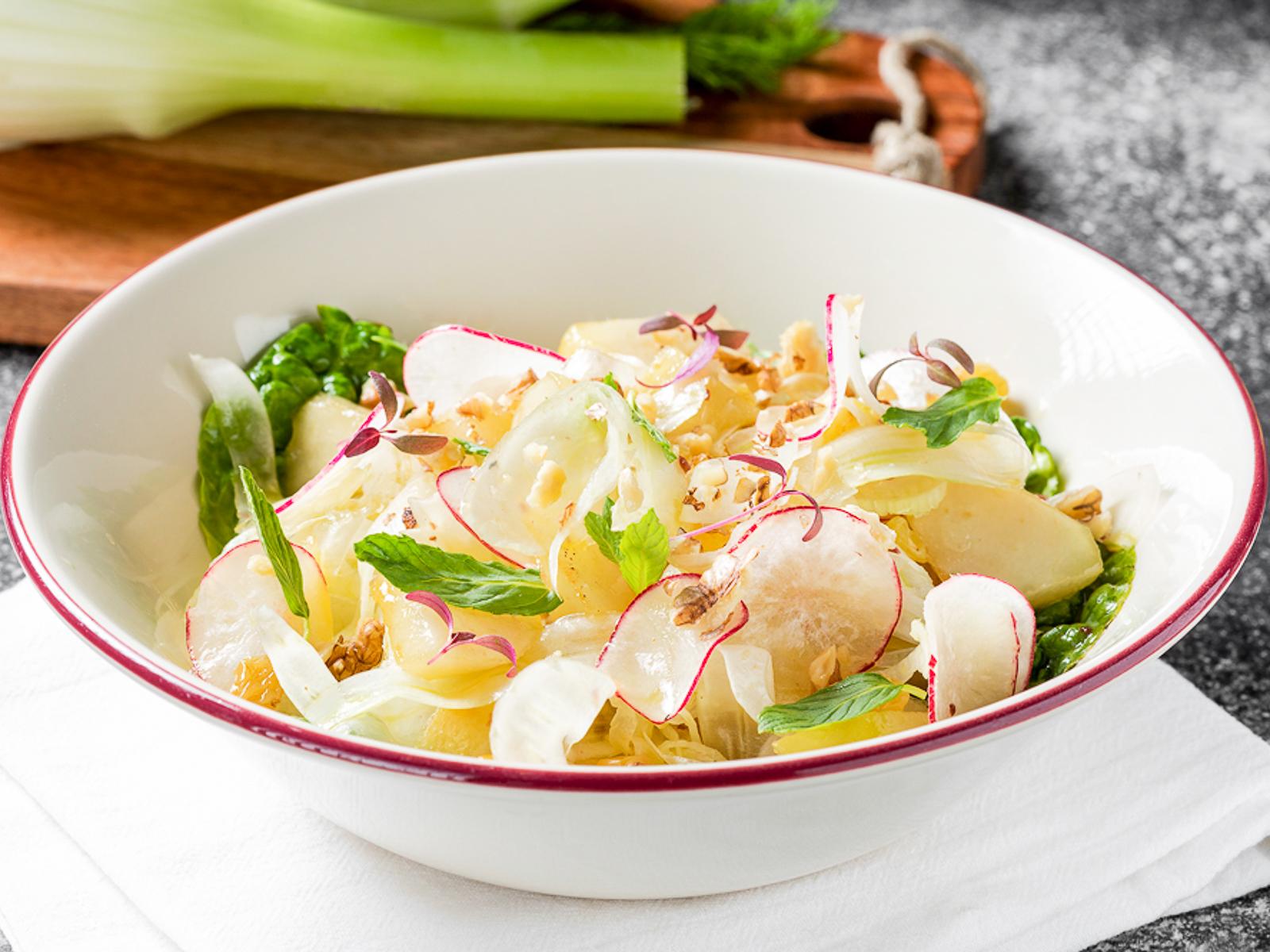 Салат с жареной грушей