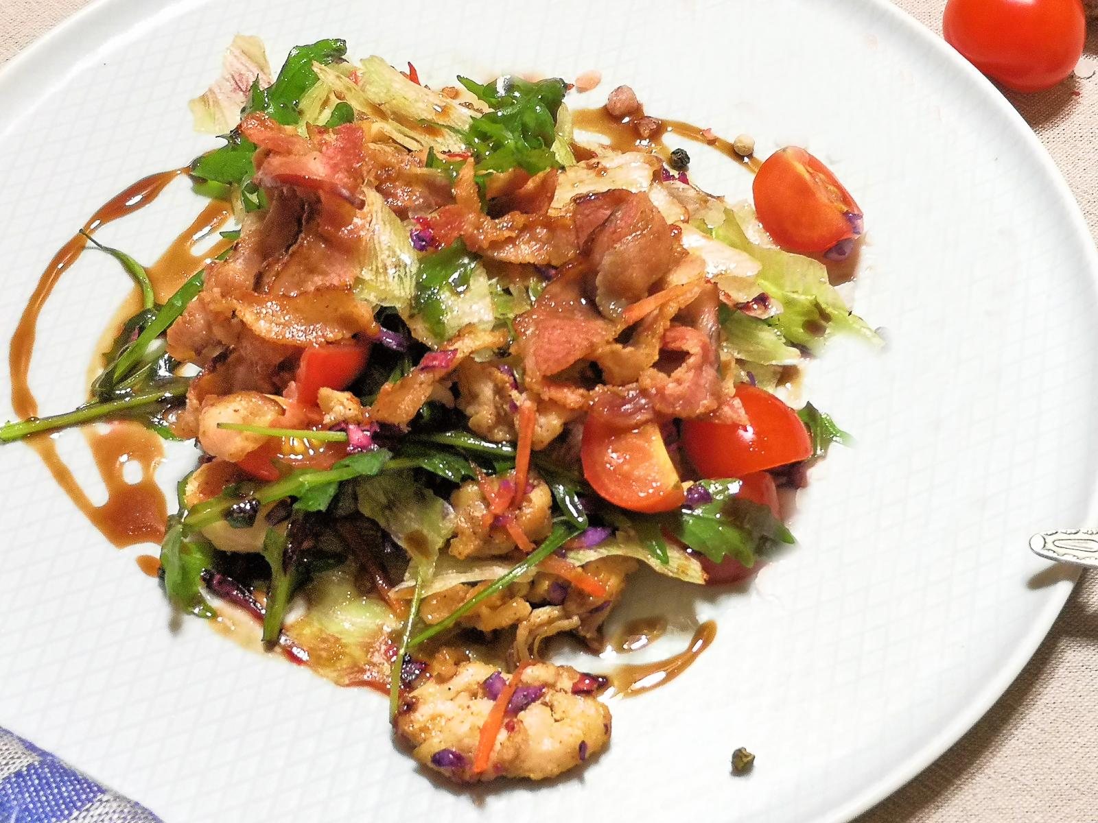 Лёгкий салат с беконом, куриным филе и гранатовым соусом