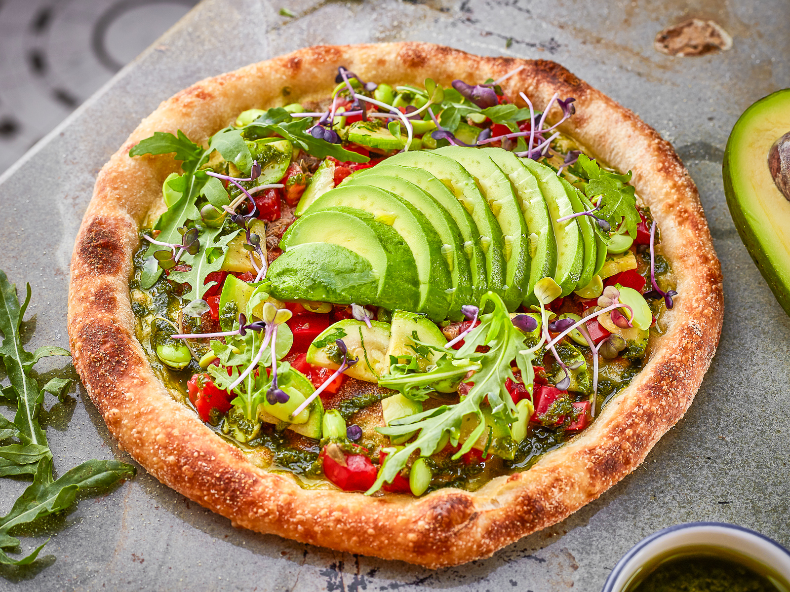 Пицца Авокадо, эдамэ и томаты