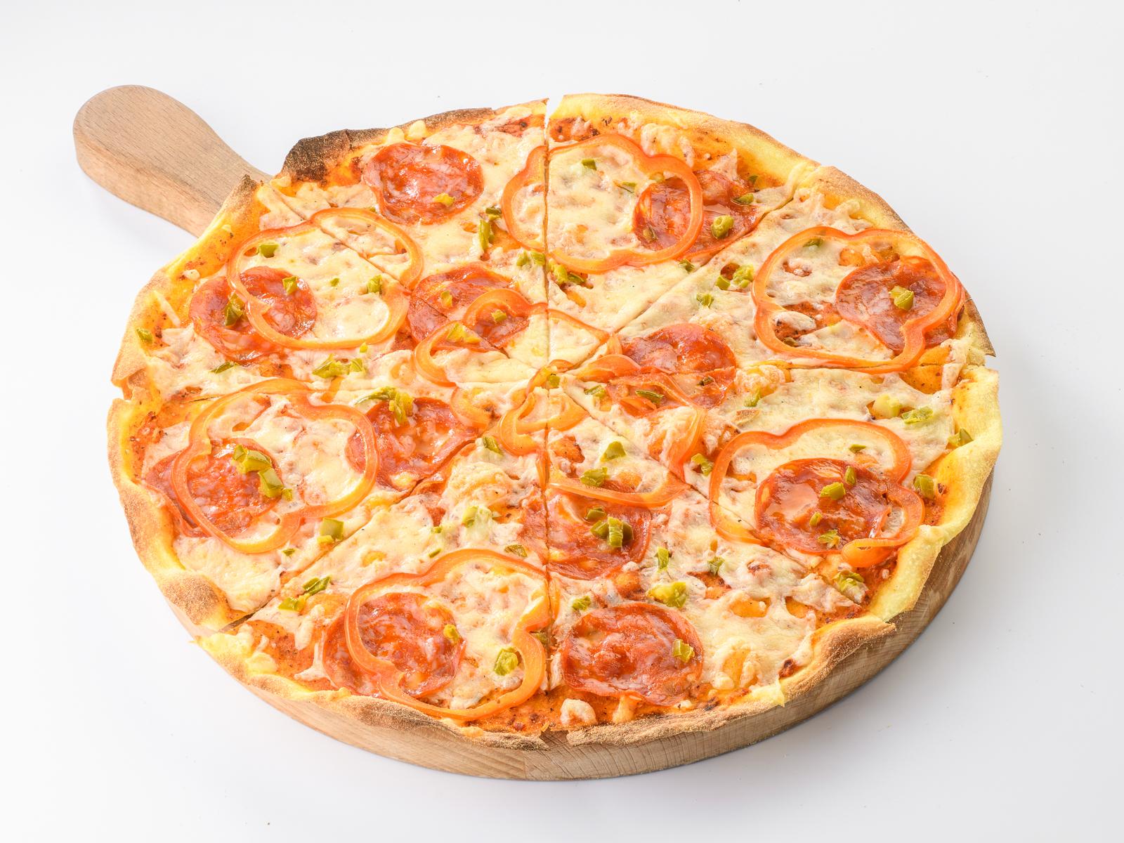 Пицца с чоризо и халапеньо