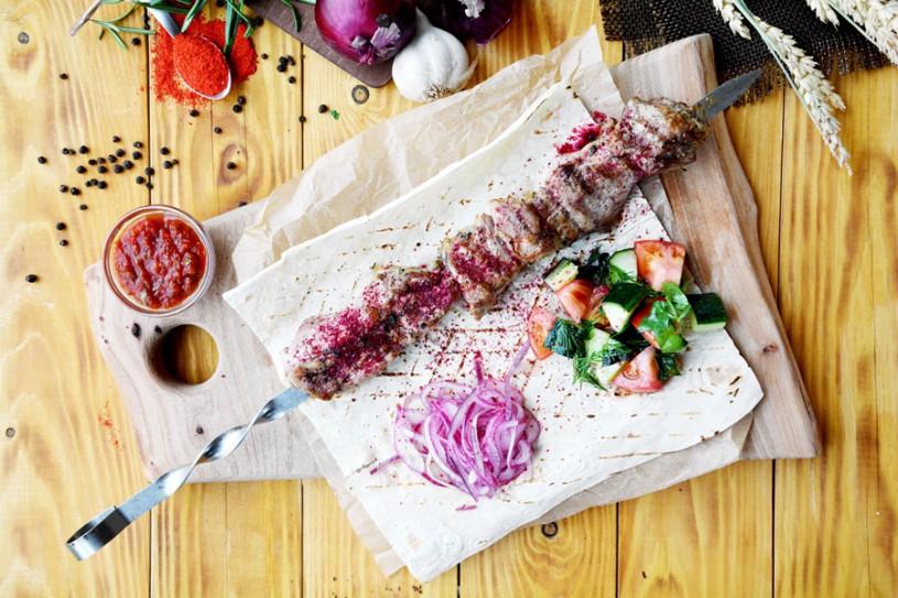 Шашлык из свинины с салатом из свежих овощей и маринованным луком