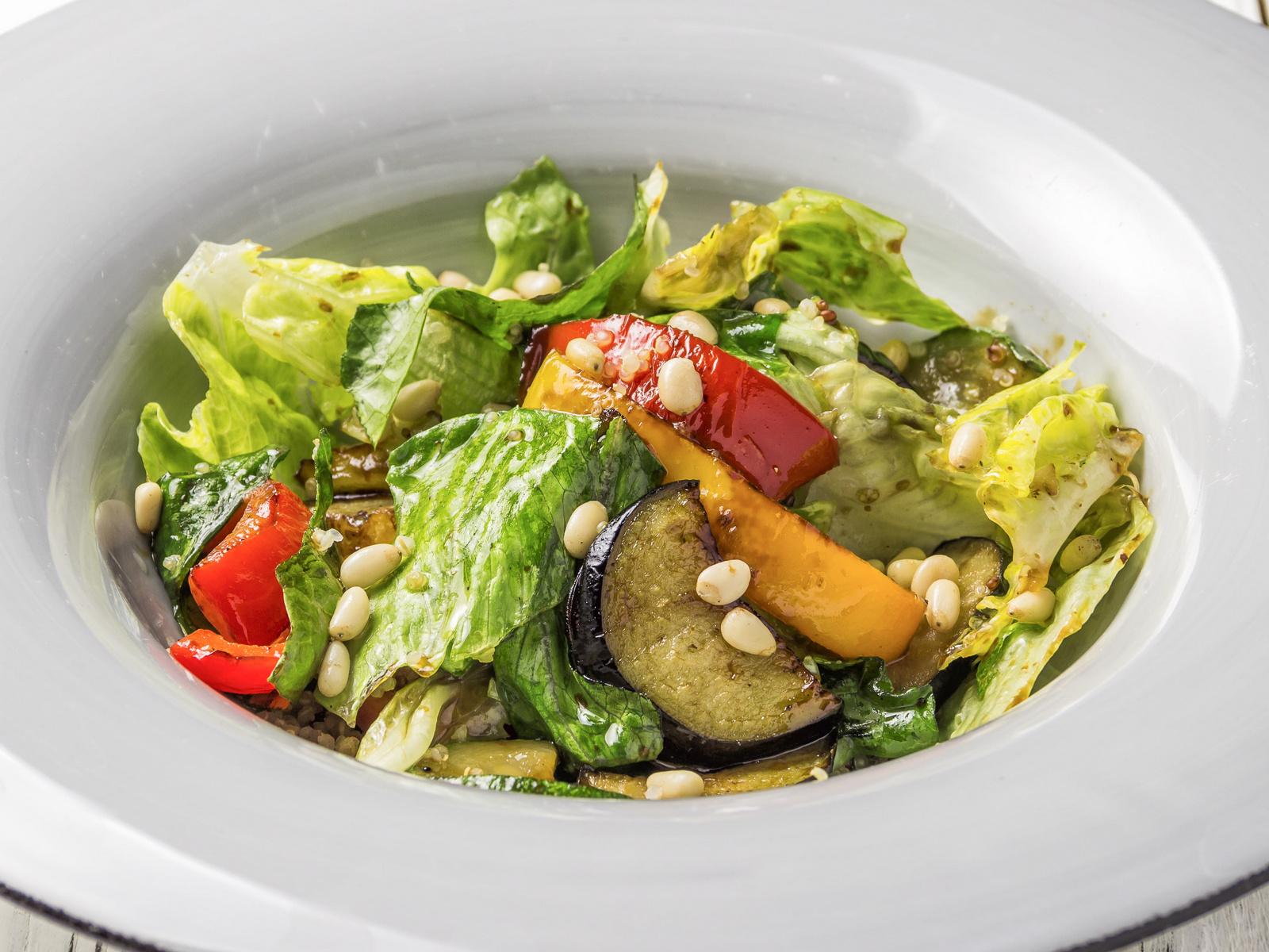 Салат с киноа с сочными овощами и соусом Терияки