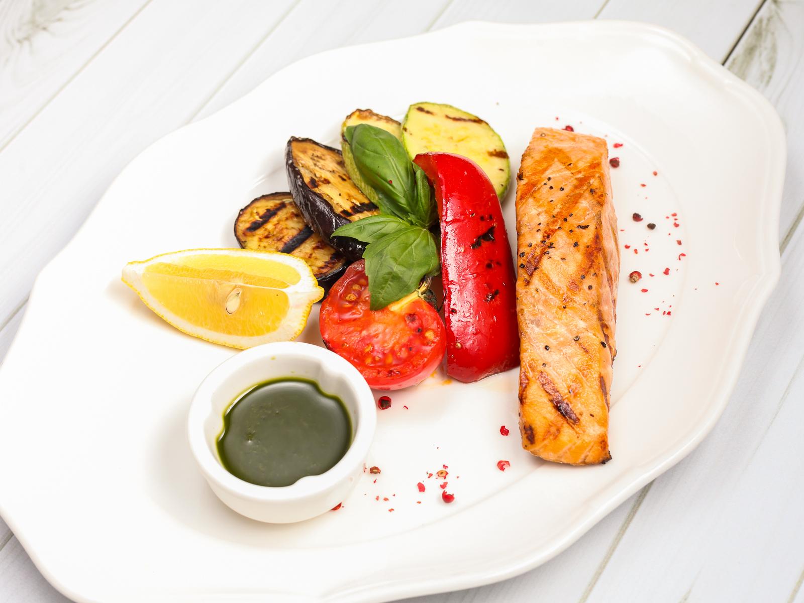 Стейк из лосося с овощами гриль