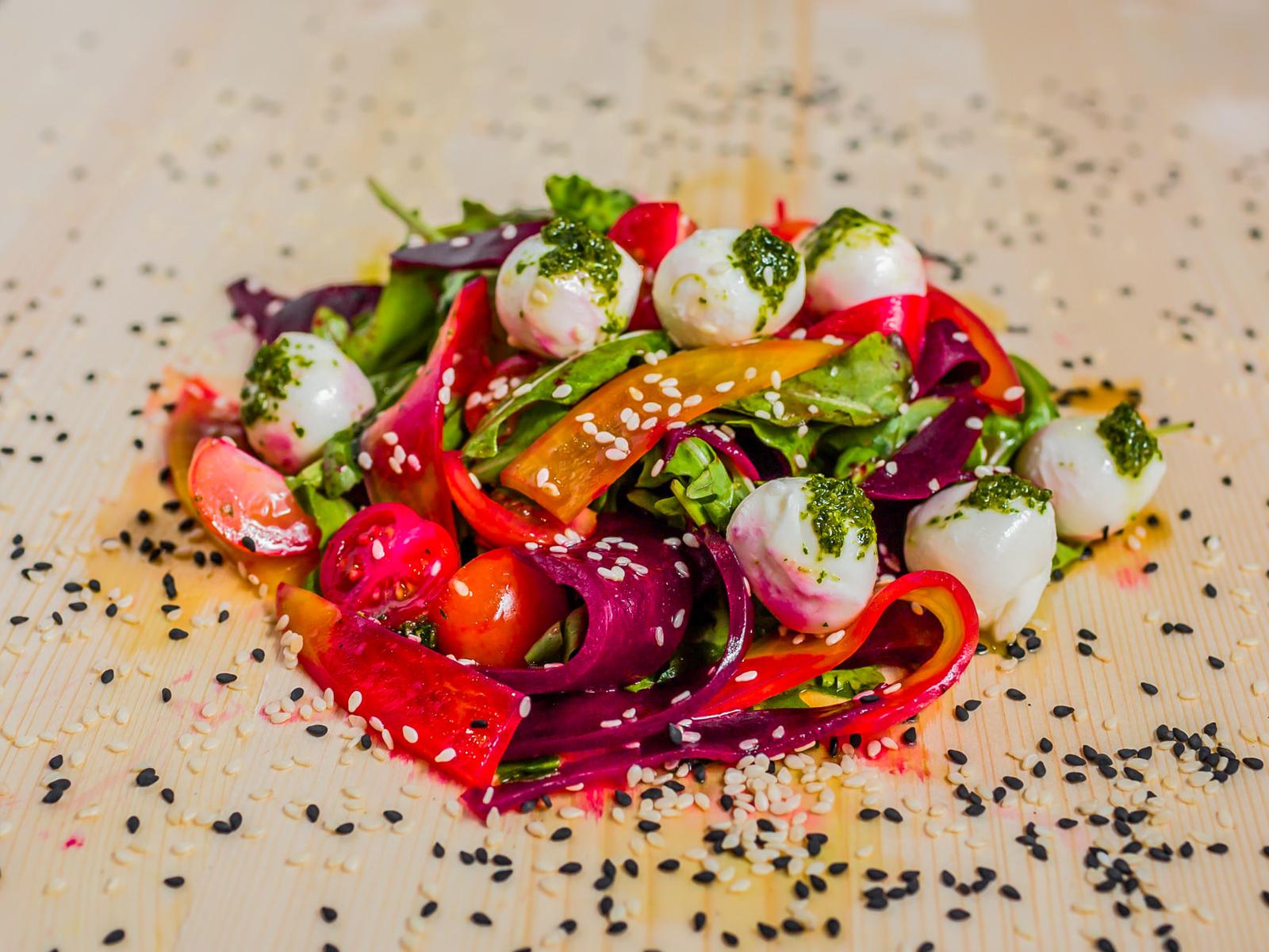 Салат с моцареллой и свеклой