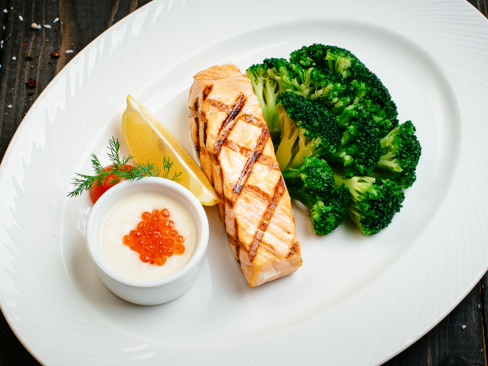 Семга с брокколи и сливочно-икорным соусом