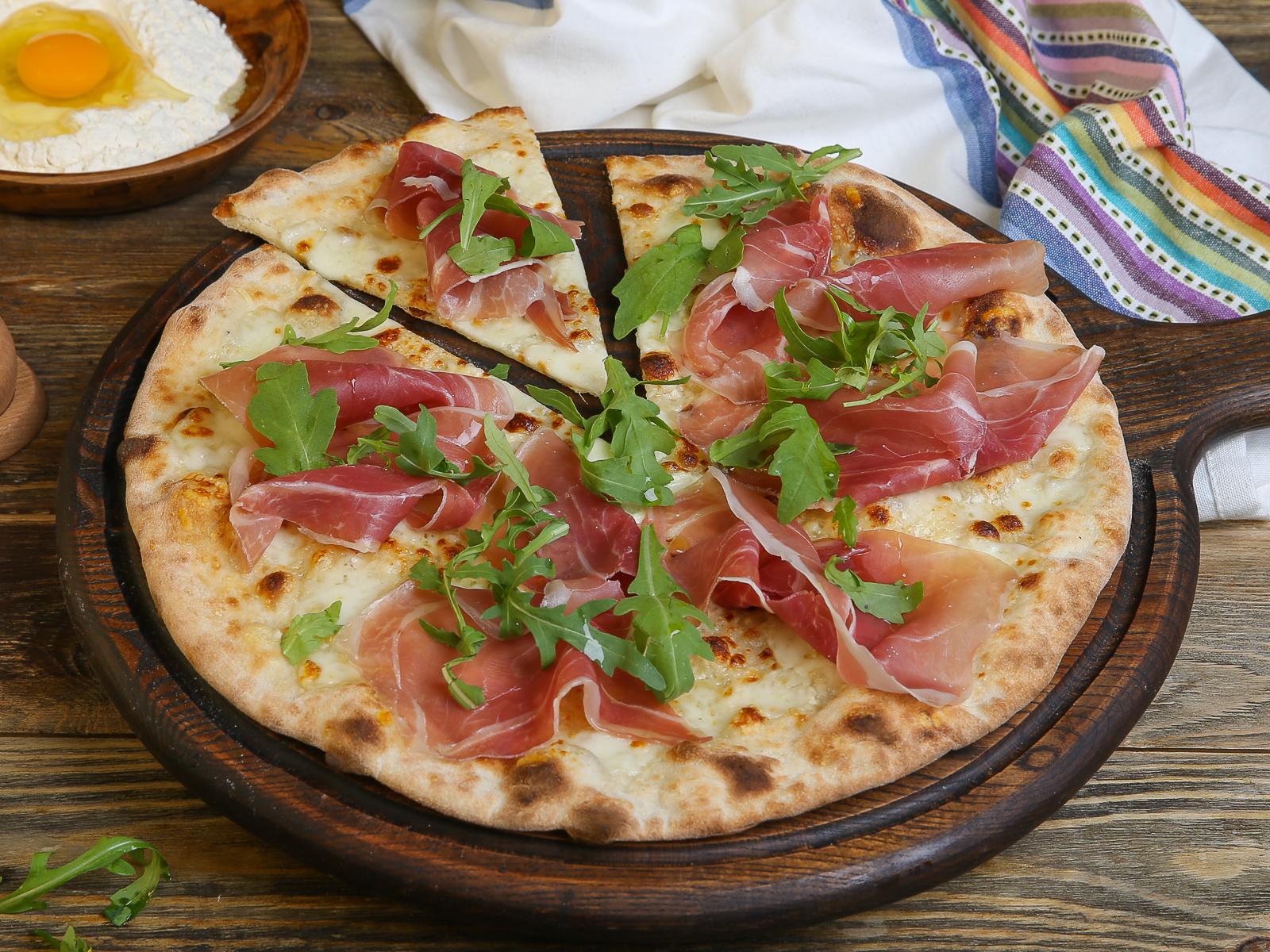 Пицца с пармой и рукколой