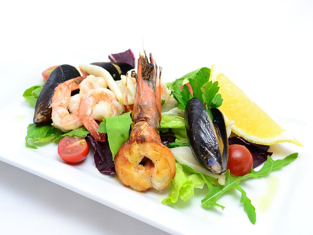 Тёплый салат с морепродуктами