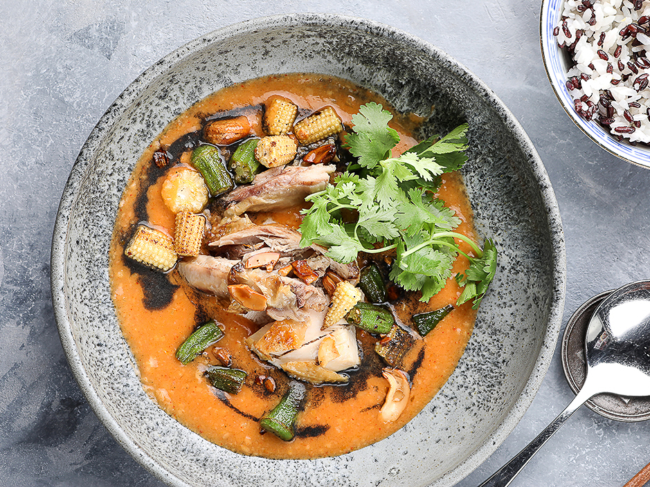 Чёрный карри по-хайнаньски с курицей и овощами