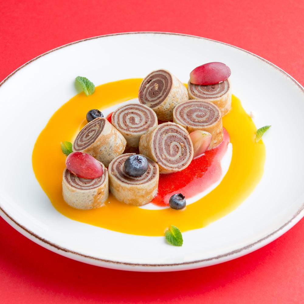 Шоколадно-ореховый ролл с клубничным соусом