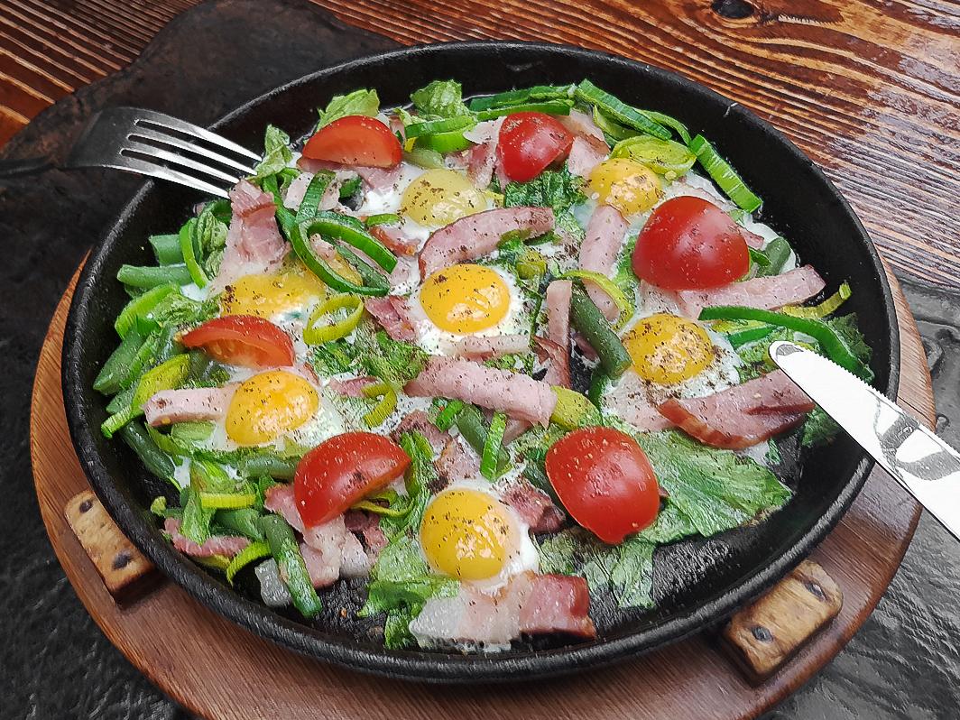 Яичница из семи перепелиных яиц с беконом