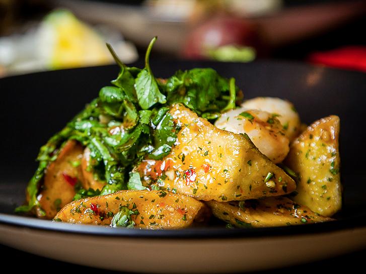 Теплый салат из хрустящих баклажанов с личи
