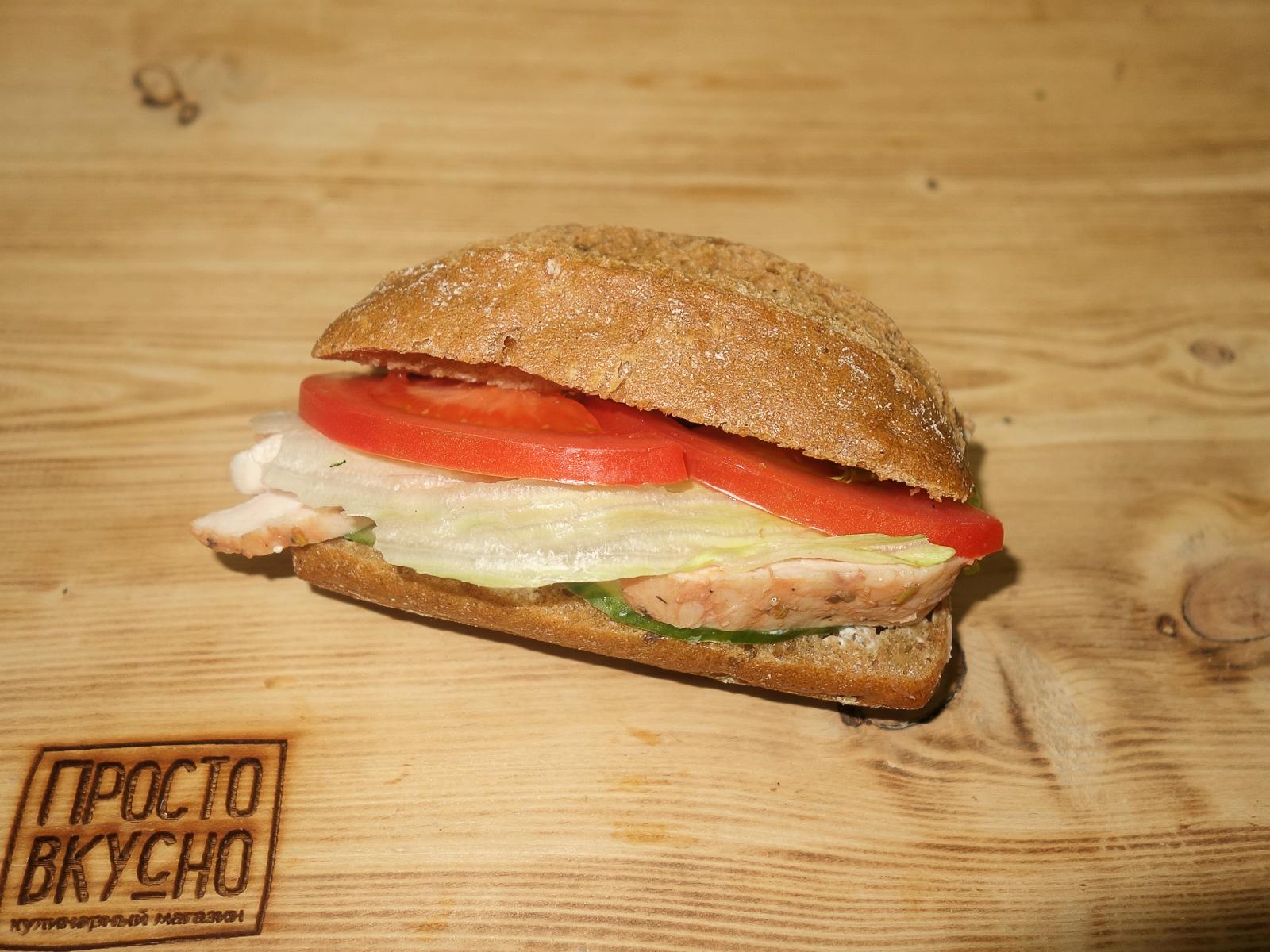 Сэндвич-багет с курицей су вид и томатами