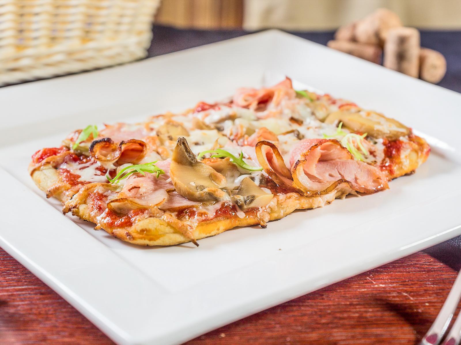 Пиццетта с ветчиной и грибами