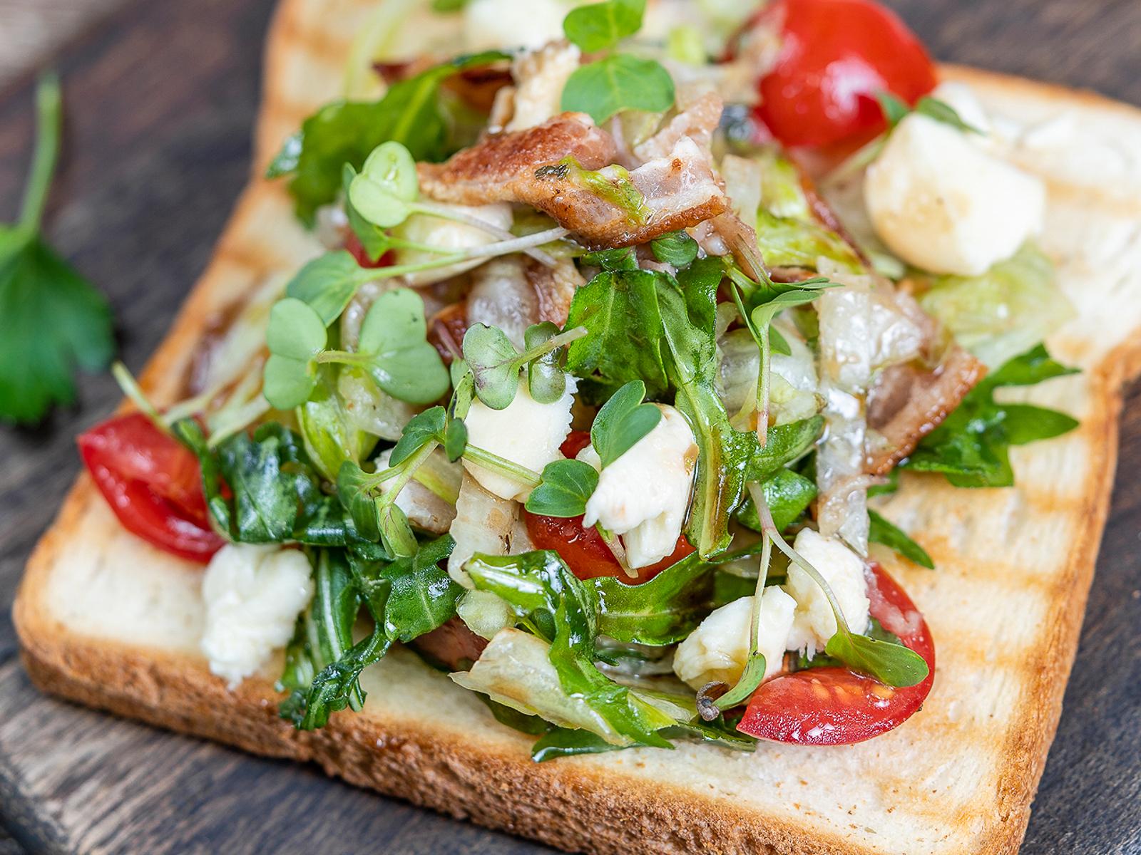 Салатный бутерброд с беконом