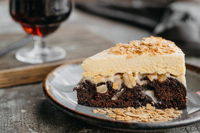 Шоколадный десерт Белхевен с орехами и ванильным муссом