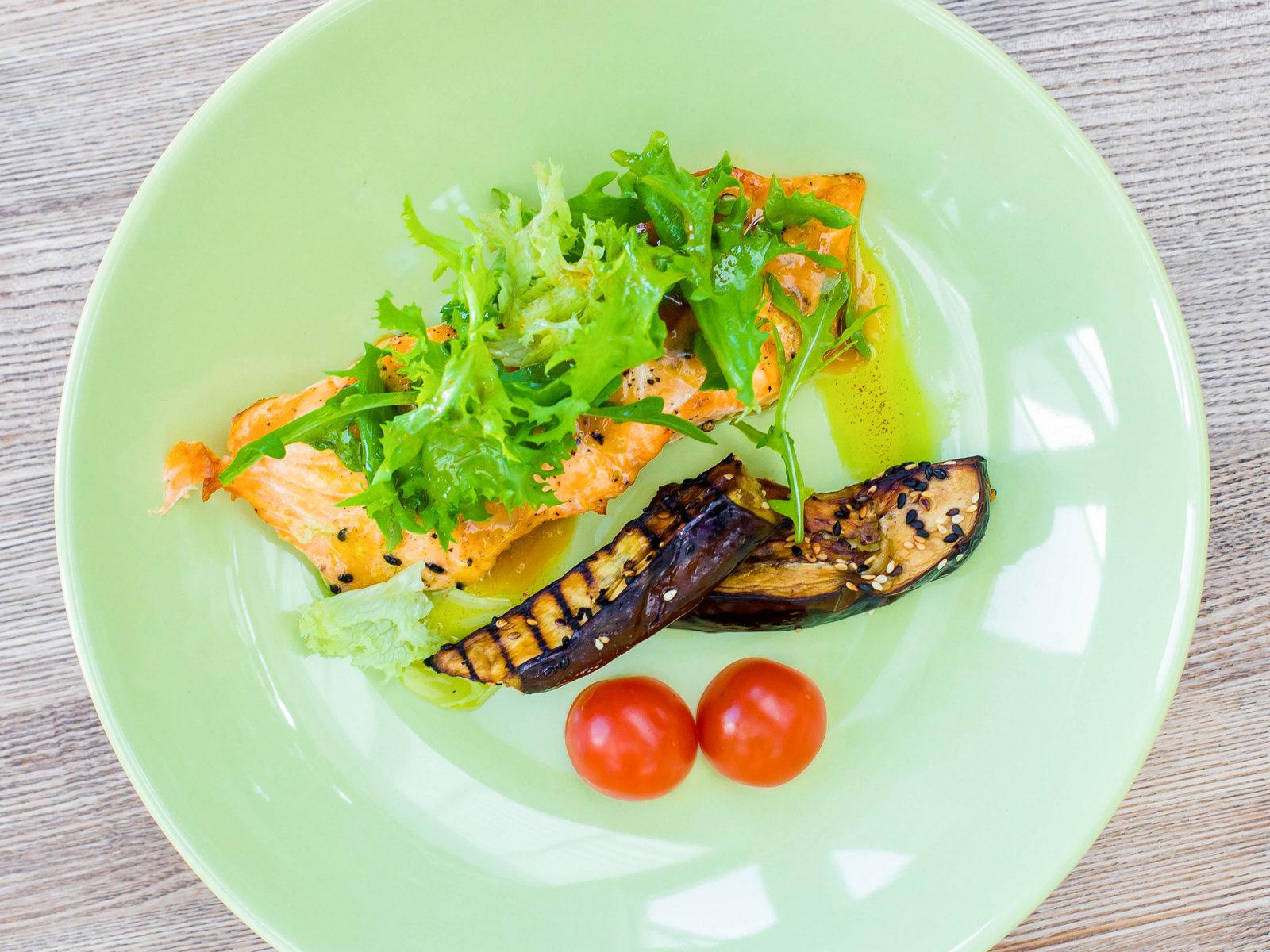 Стейк из лосося с баклажанами и помидорами черри