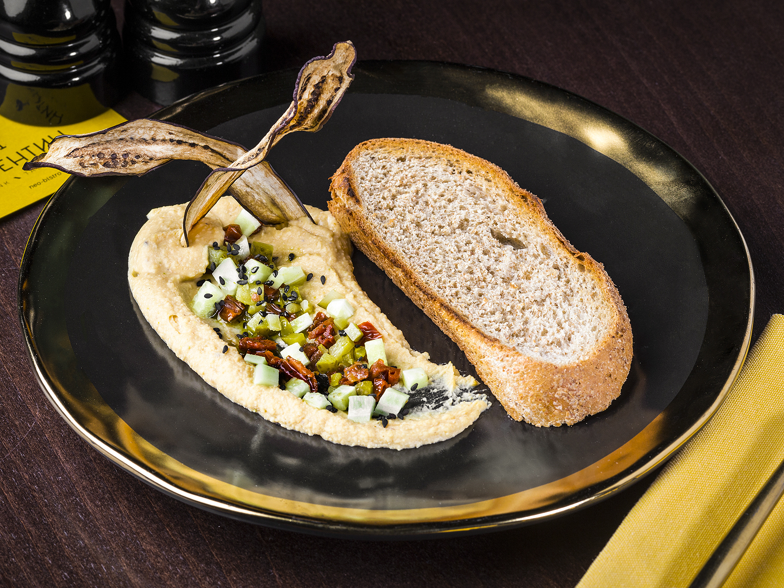 Хумус с чипсой из баклажана
