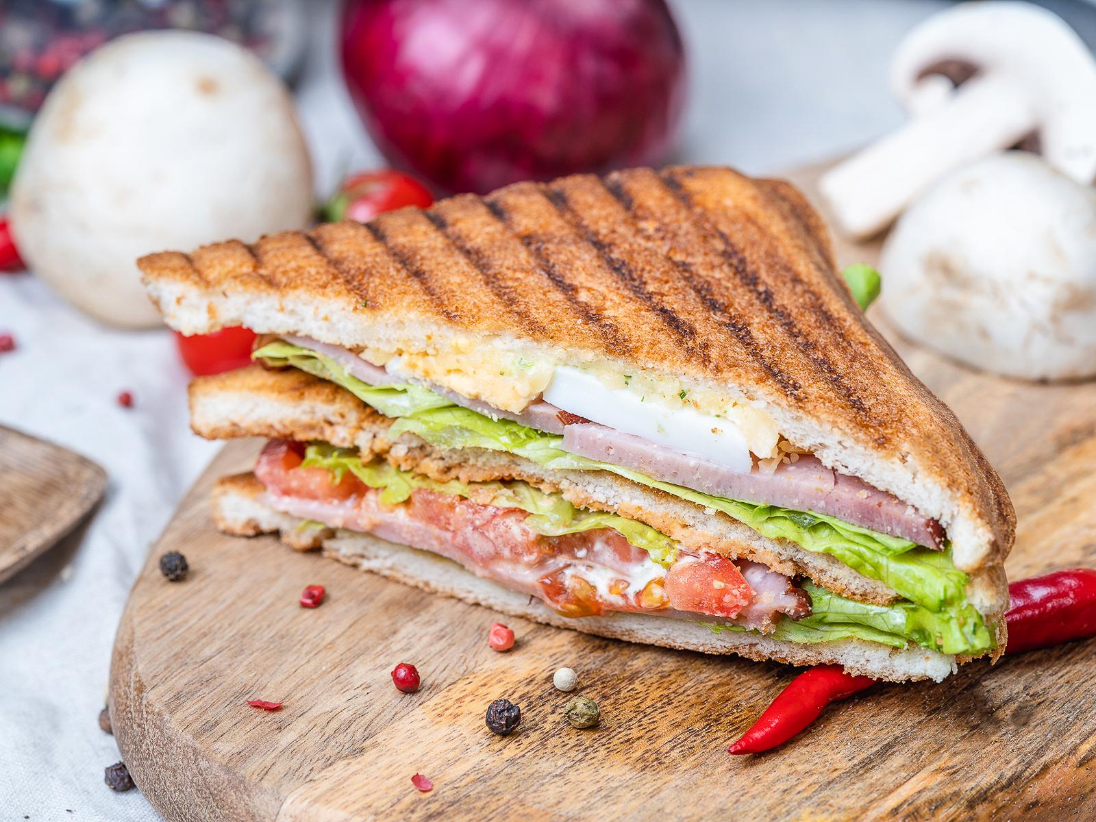 Сэндвич с варёно-копчёной говядиной