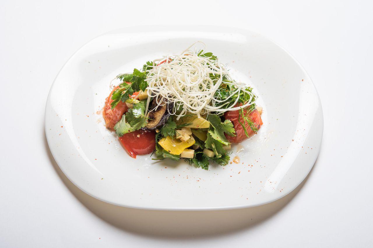 Салат с овощами гриль и домашним сыром