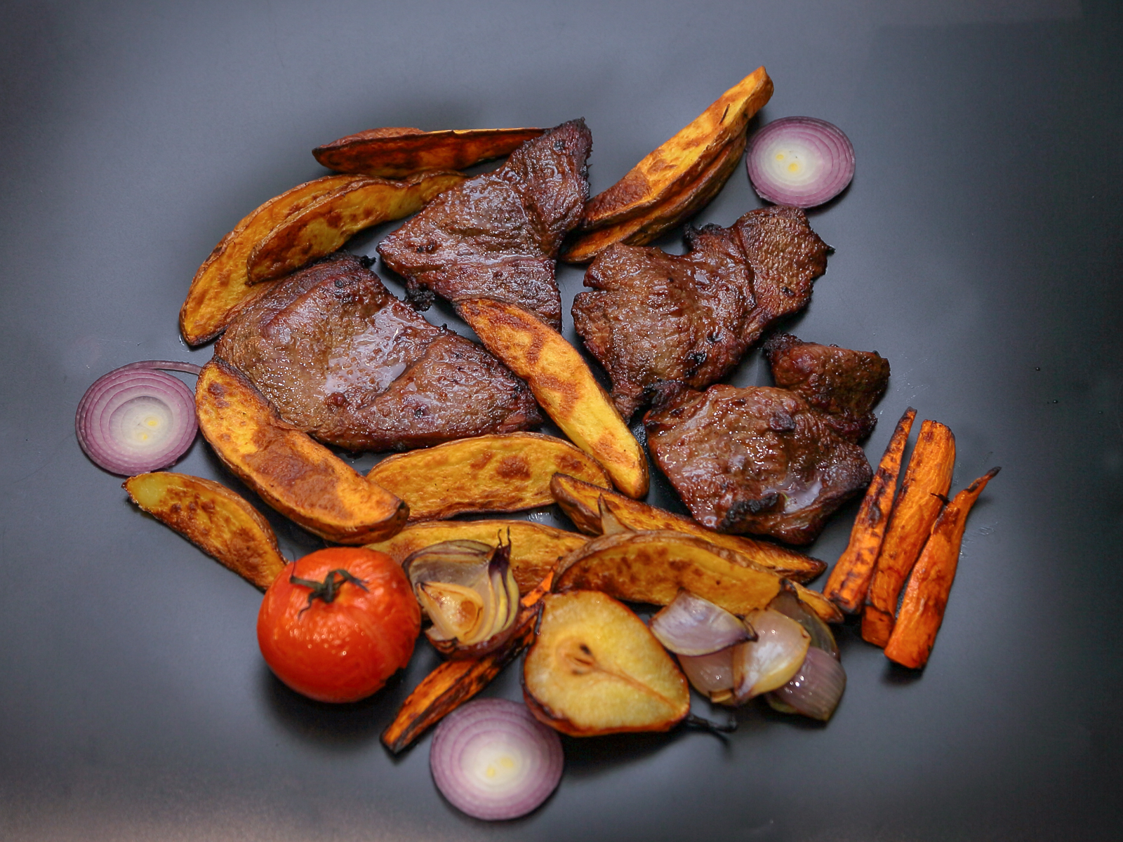 Говядина жаренная с овощами на гриле