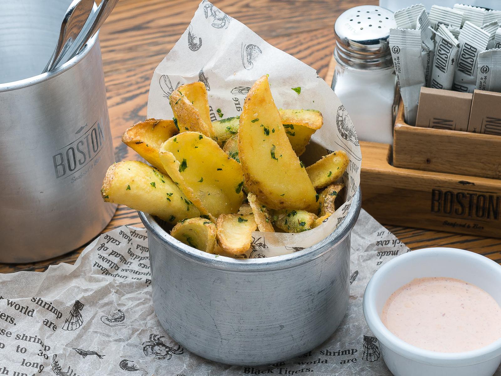 Картофель фри с чесноком и петрушкой