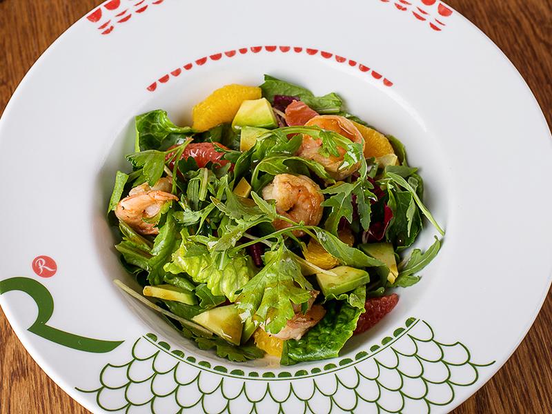 Цитрусовый салат с креветками и авокадо