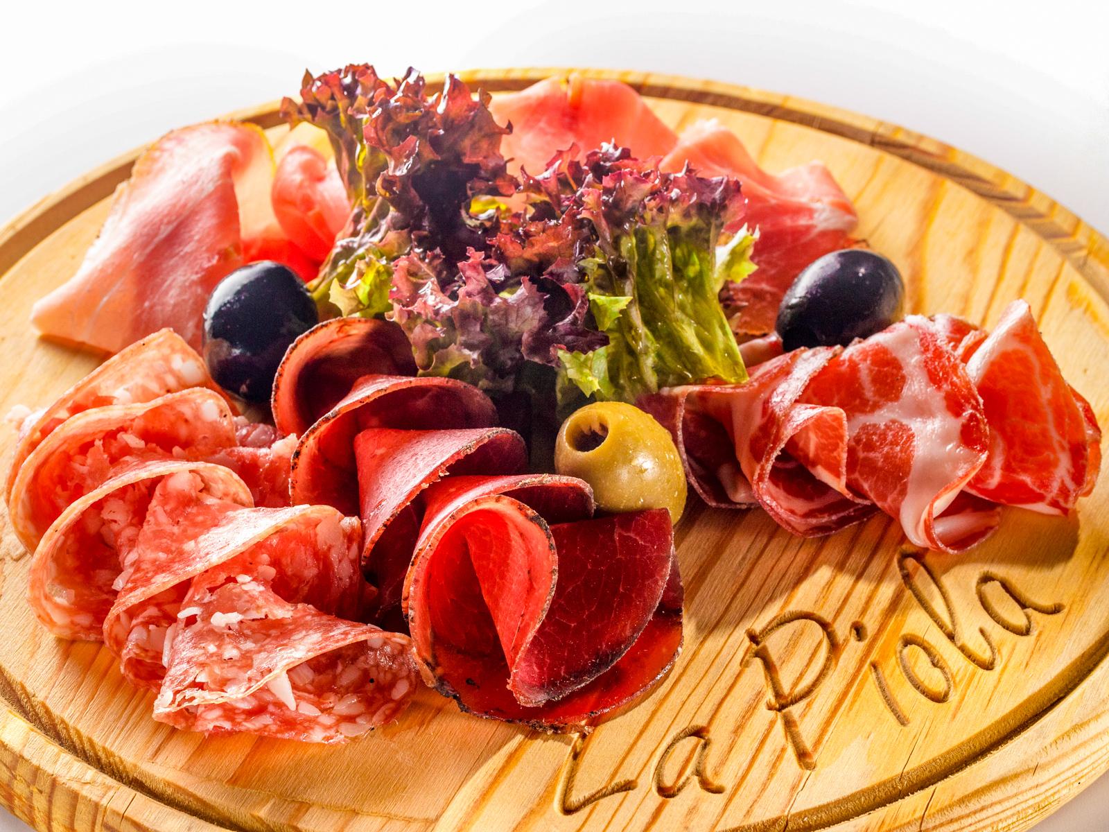 Мясные итальянские деликатесы