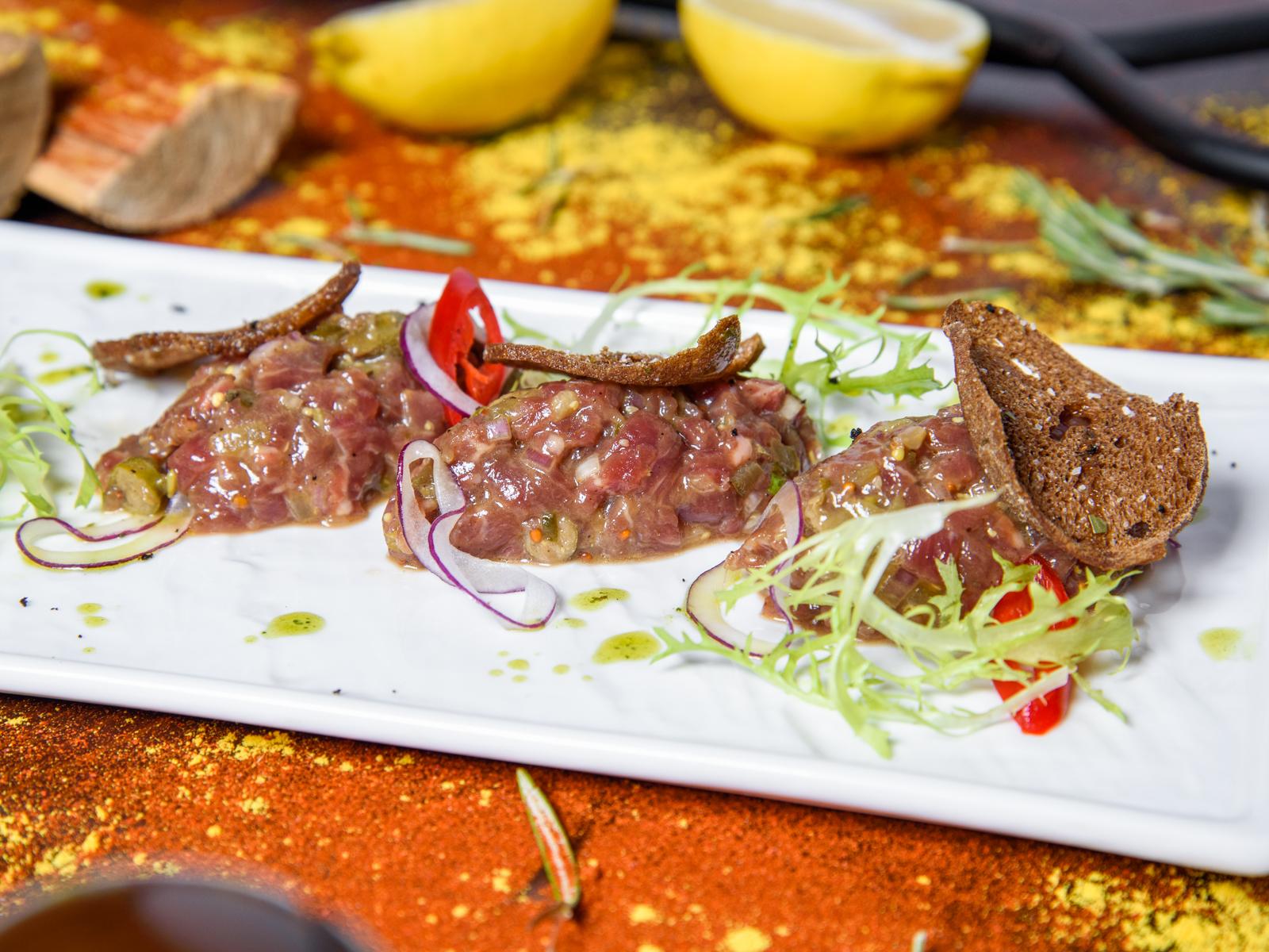 Классический тар тар из говядины с маринованными огурцами