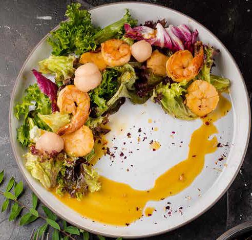 Салат с морепродуктами, манго и личи