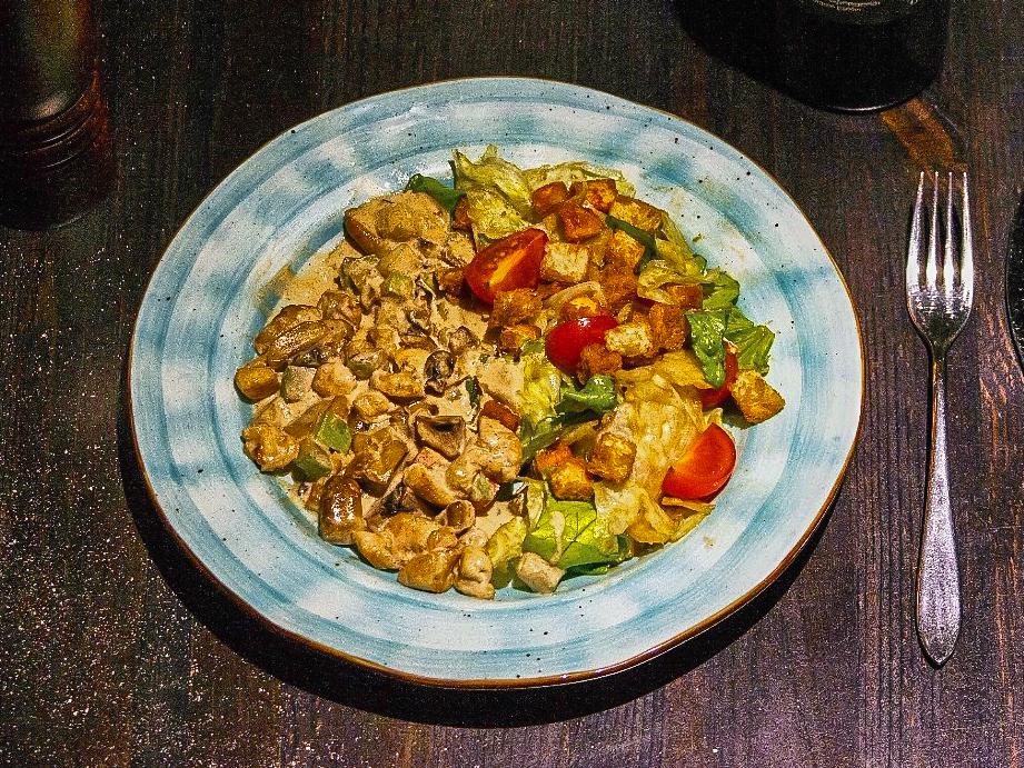 Тёплый салат с куриной грудкой и овощами