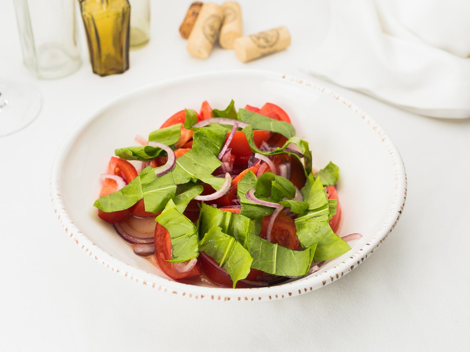 Салат из томатов c красным луком и щавелем