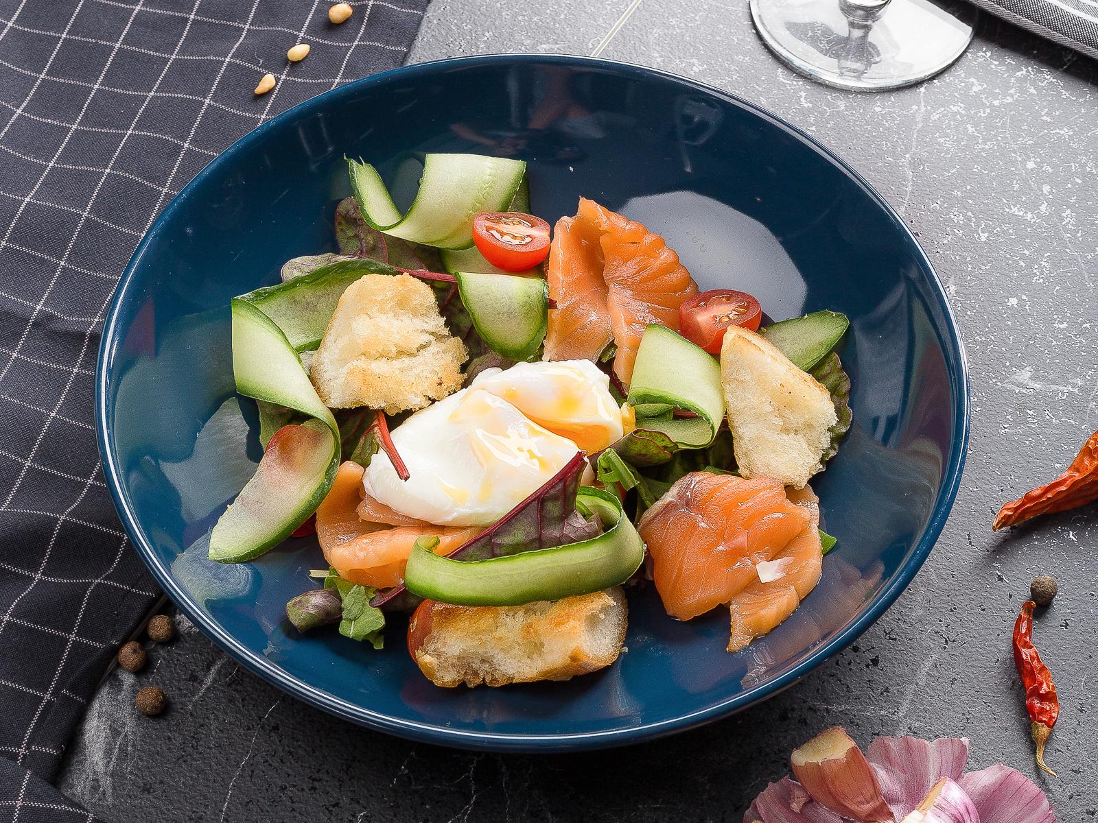 Салат теплый со слабосоленым лососем