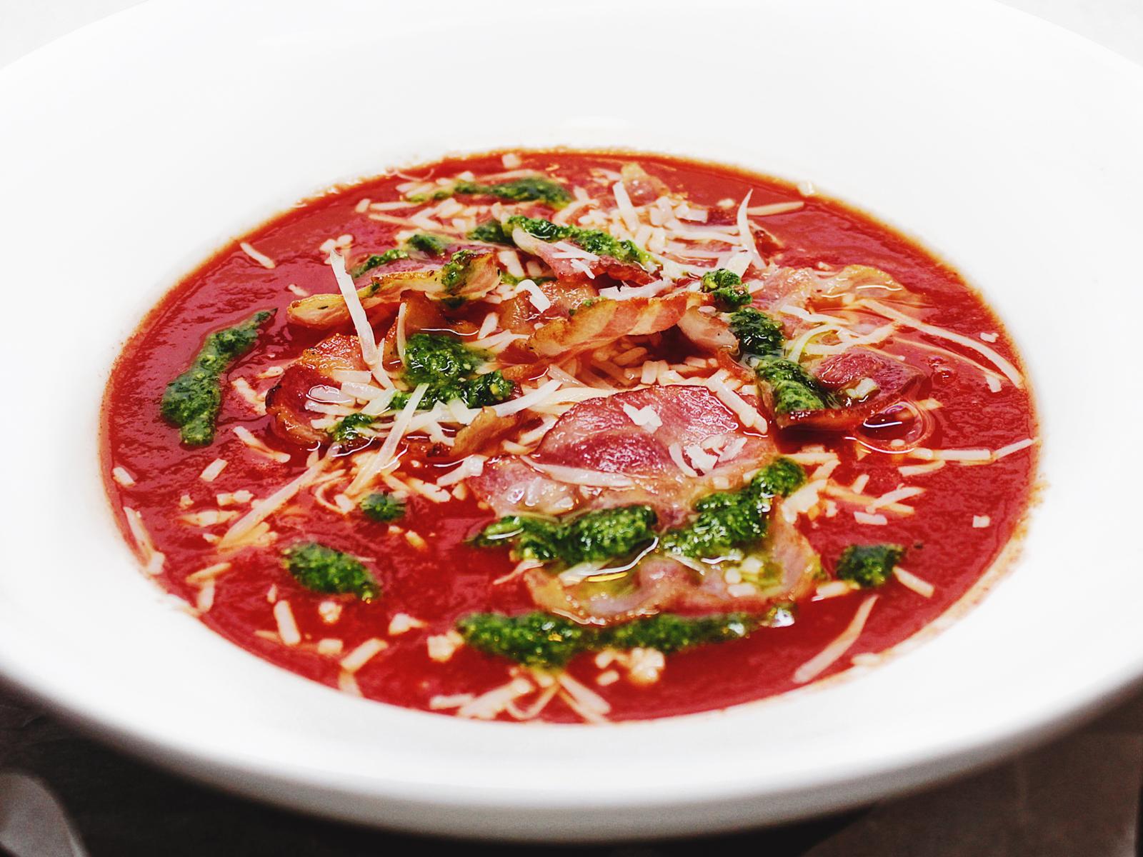 Пряный томатный суп с беконом