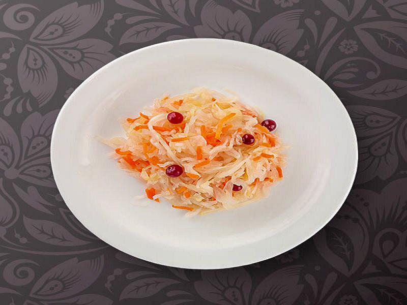 Салат Маринованная капуста с клюквой