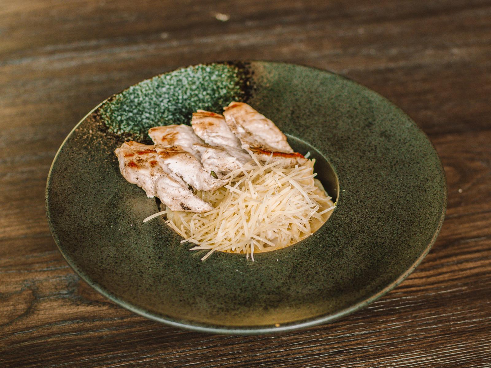 Сливочные пенне с филе цыпленка