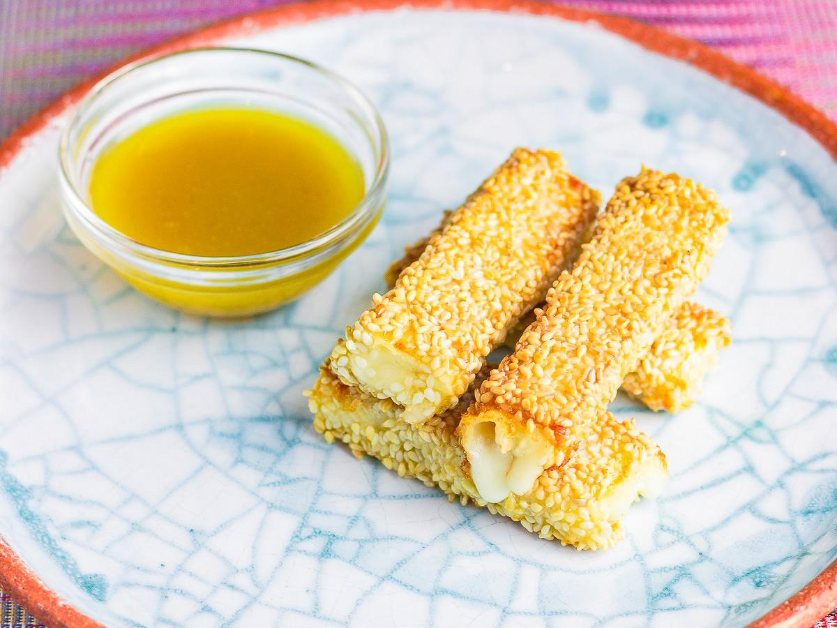Сулугуни, обжаренный в кунжуте с медово-горчичным соусом