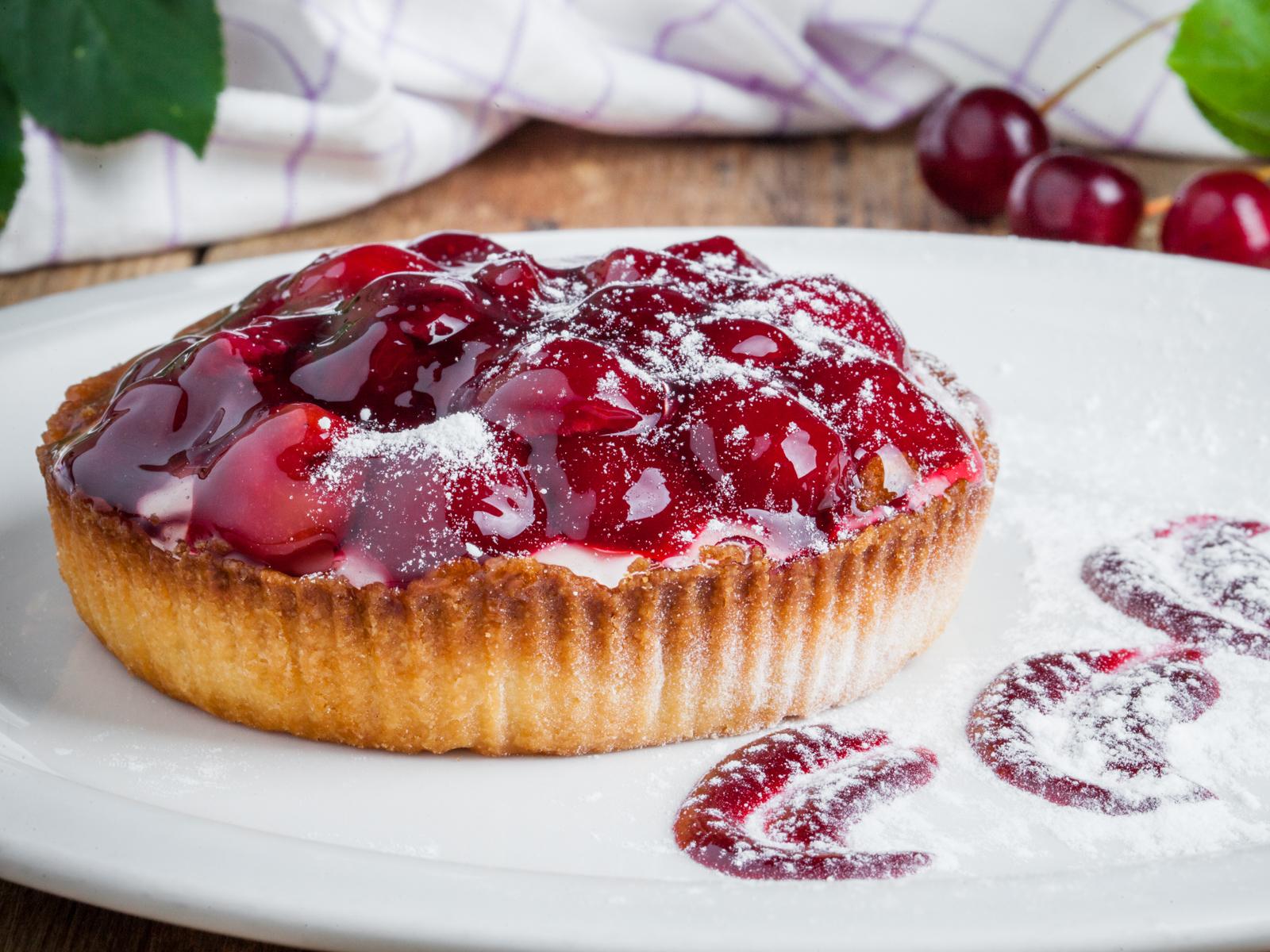 Десерт Кростата с вишней