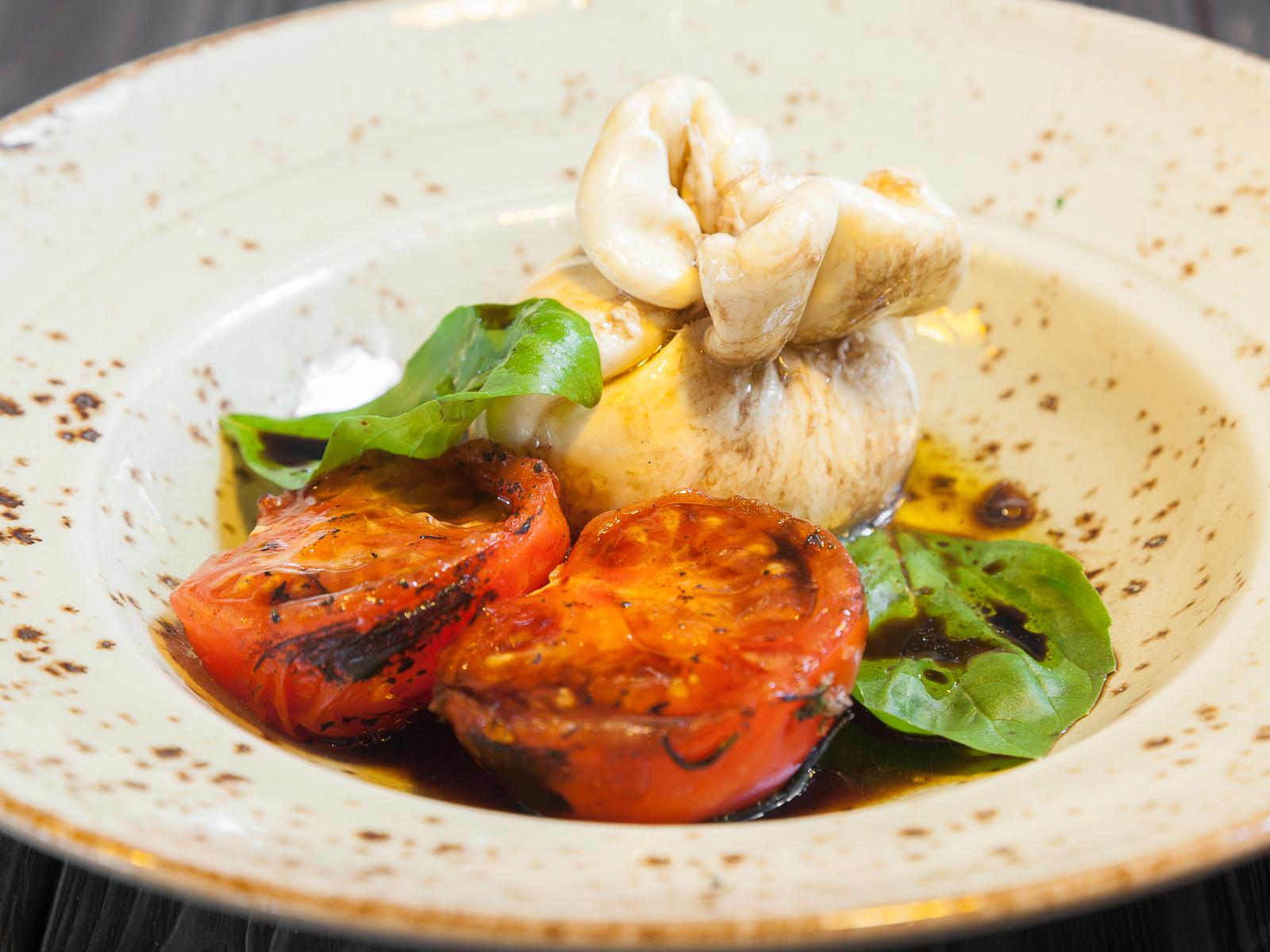 Банч томаты с базиликом и молодым Бурато
