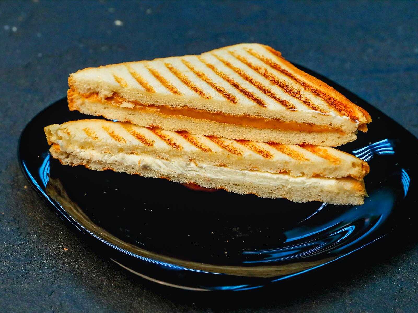 Сендвич с арахисовой пастой и сливочным сыром