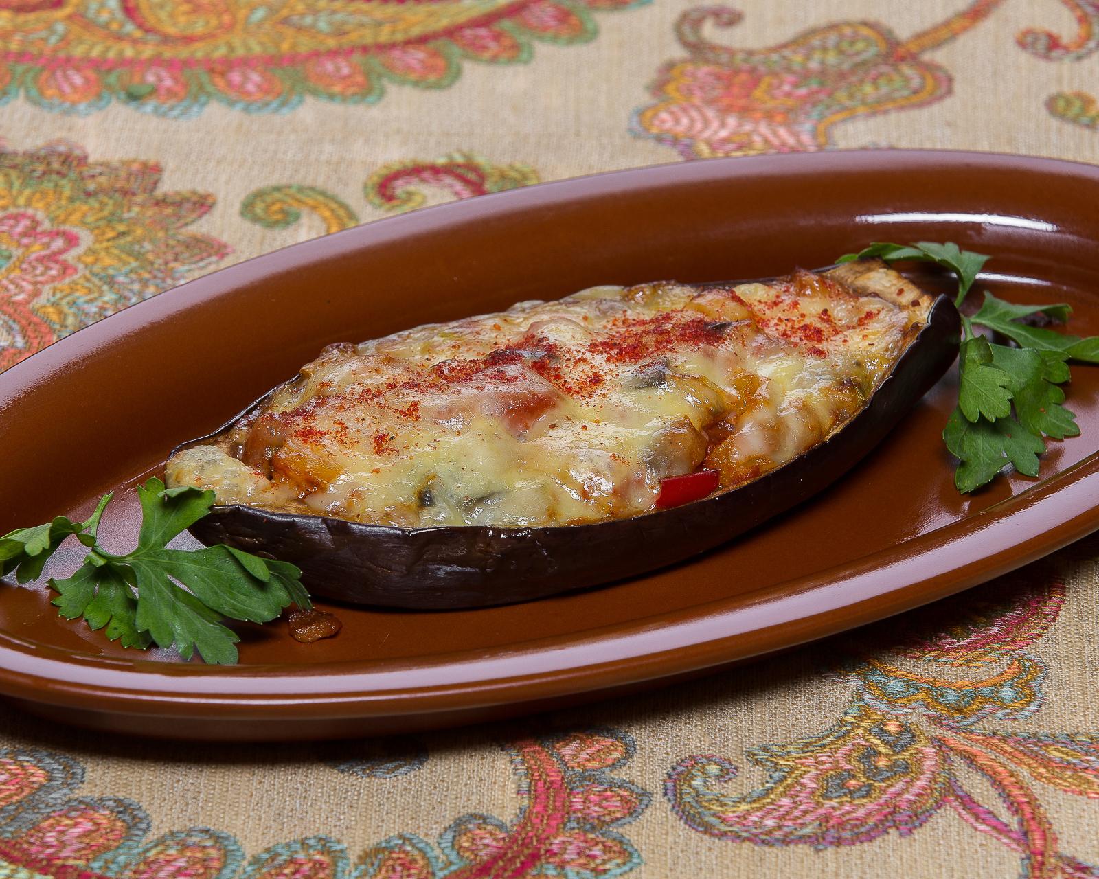 Баклажан, запеченный с овощами в томатном соусе